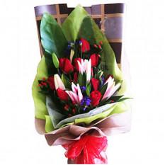 Ramo de rosas rojas y lirios Gazer con rellenos