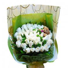 Ramo de mano de 50 crema y blanco rosas con algunas zonas verdes