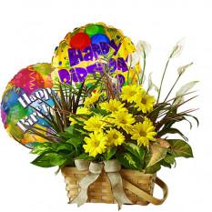 Grupo de flores de corte y globos para cumpleaños