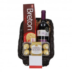 Cesta con vino, chocolates y galletas