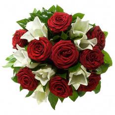 Ramo con los lirios y las rosas