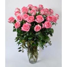 Arreglo de rosas rosadas, oso de peluche y caja de chocolates en forma de corazón