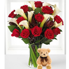 A tu lado (12 rosas + 3 lirios de cala + Teddy Bearus)