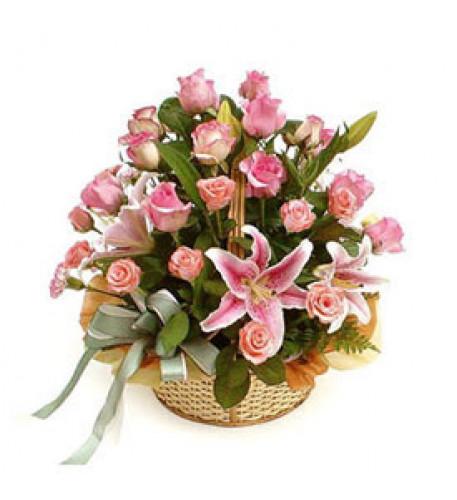 Cesta delicada (15 rosas + 1 tallo de lirios)
