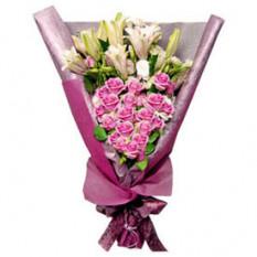 Dos corazones (12 rosas + 3 tallos de lirio)