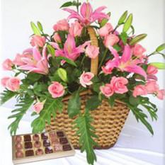 Cesta de ensueño (12 rosas + 2 tallos de Liliums)