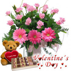 Amor verdadero (12 rosas + 3 gerberas + chocolates + oso de peluche)