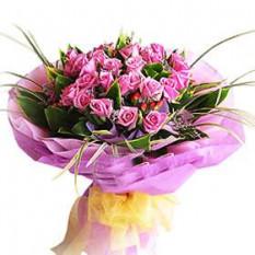 Ramo de mano de 20 rosas púrpuras con rellenos
