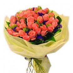 Ramo de la mano de tres docenas de rosas rosadas