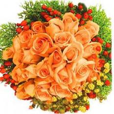 Ramo de mano 20 Tallos de champán y las rosas del melocotón con rellenos y vegetación.