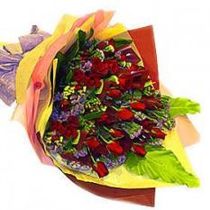 Mano Ramo de tres docenas de rosas rojas con la púrpura de Statice y otros rellenos