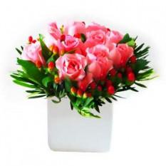 Jarrón de arreglo de rosas rosadas con los llenadores