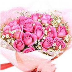 Ramo de rosas rosadas con los llenadores y verdor