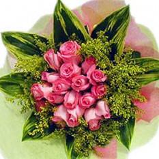 Ramo de la mano Una docena rosas rosadas