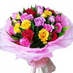 Ramo de mano de 24 rosas de colores mezclados con verdor