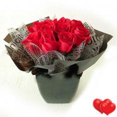 Arreglo de florero de rosas rojas