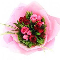 Ramo de rosas rojas y rosadas con rellenos y zonas verdes