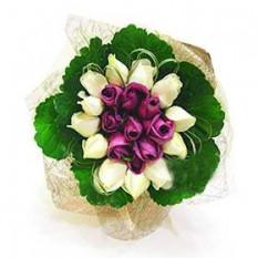 Ramo de 0f 20 (púrpura y blanco) Rosas con vegetación