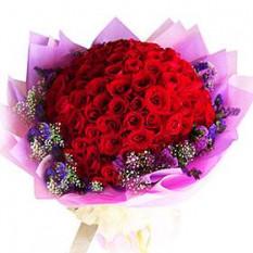 Ramo de 99 rosas rojas con los llenadores
