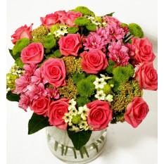 Ramo de rosas rosadas y crisantemos verdes