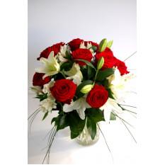 Gran ramo de rosas rojas y lirios blancos (Premium)