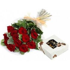 Bouquet de una docena de rosas y una caja de chocolates