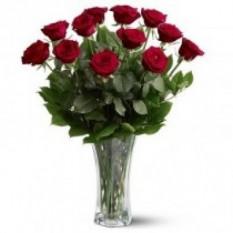 Una docena de rosas en jarrón