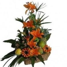Arreglo de flores y frutas