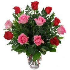 12 rosas rosadas y rojas florero incluido