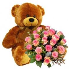 Dos docenas de rosas ramo y oso de peluche