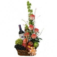 Cesta de frutas, flores y vino