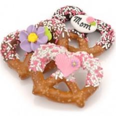 Giros de chocolate y caramelo con pretzel de día de la madre, envueltos individualmente